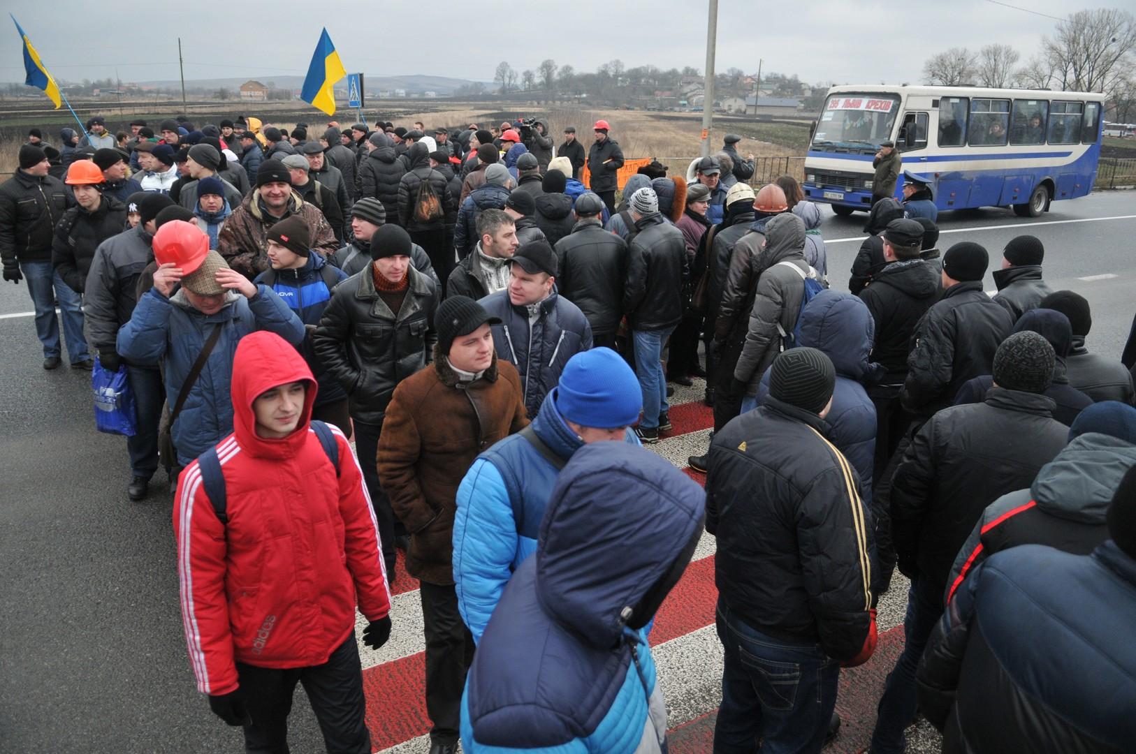 Des centaines de mineurs ukrainiens ont bloqué une autoroute pour reclamer leur salaire (PHOTOS)