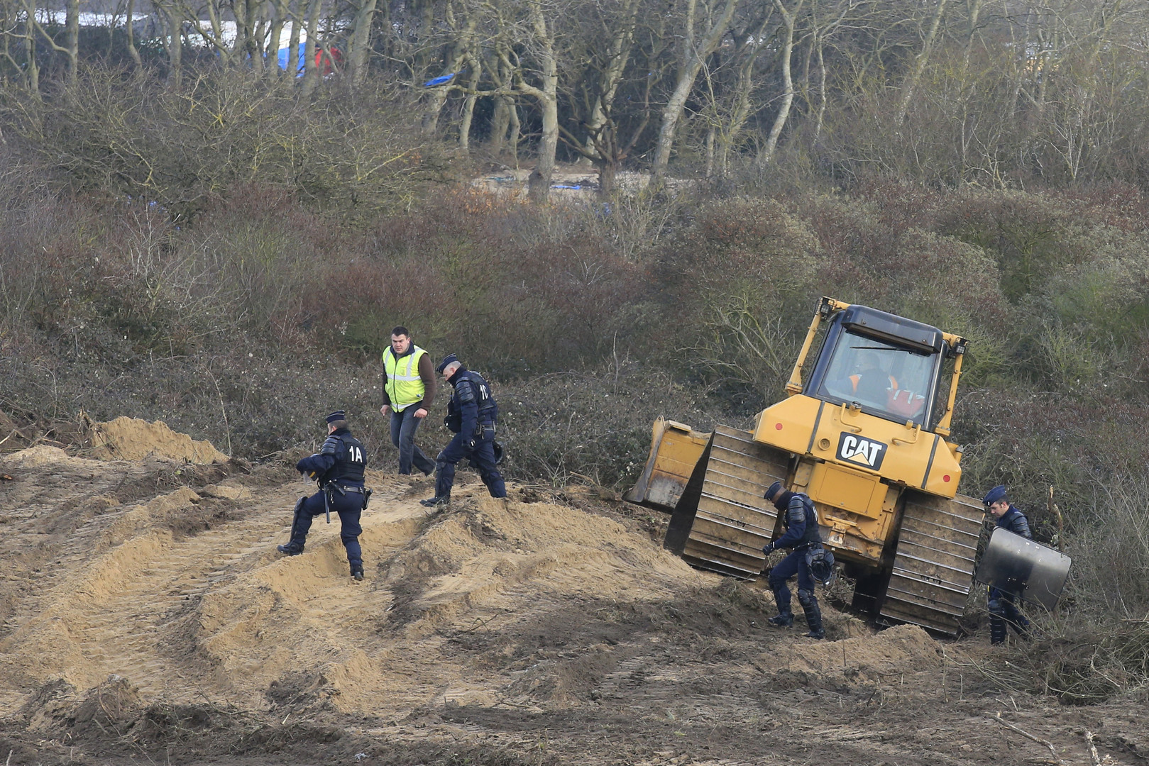 Les bulldozers ont commencé à défricher le camp de migrants de Calais (VIDEO)