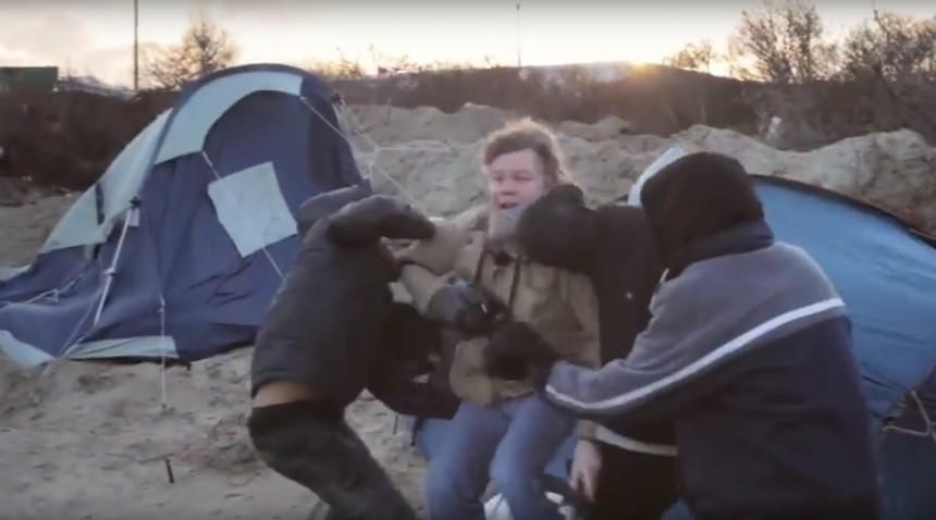 Deux journalistes agressés dans la Jungle de Calais alors qu'ils réalisaient un documentaire (VIDEO)
