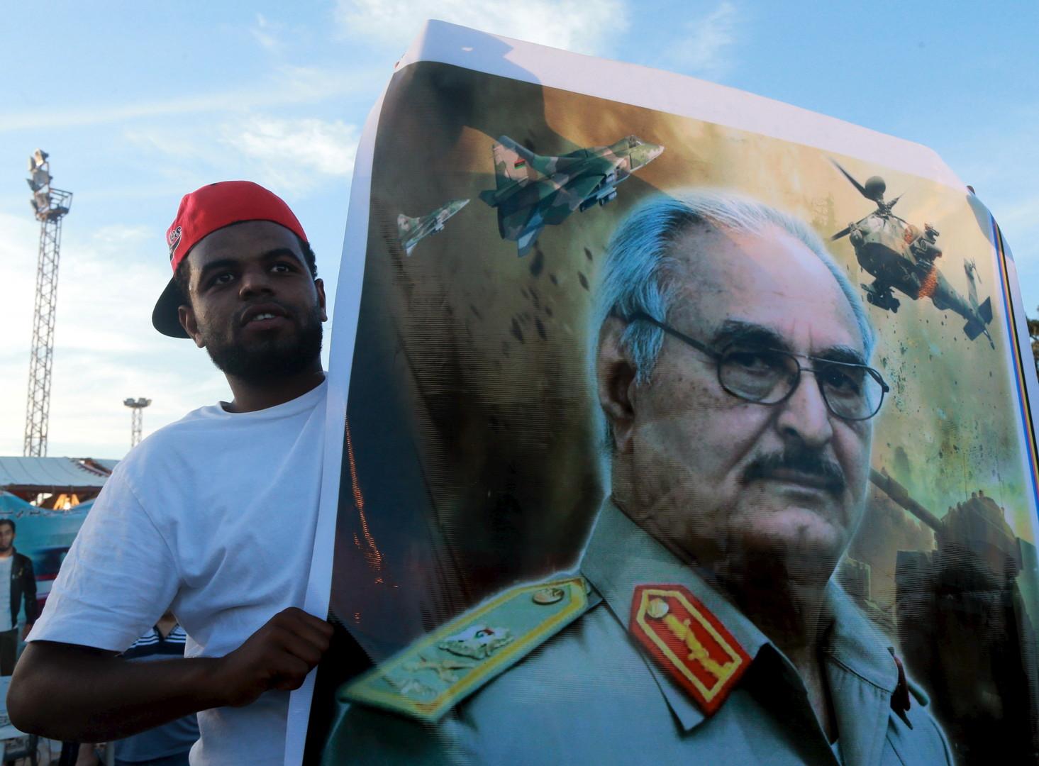 Un libyen brandit un portrait du général Khalifa Haftar en novembre 2015 au cours d'une manifestation de soutien