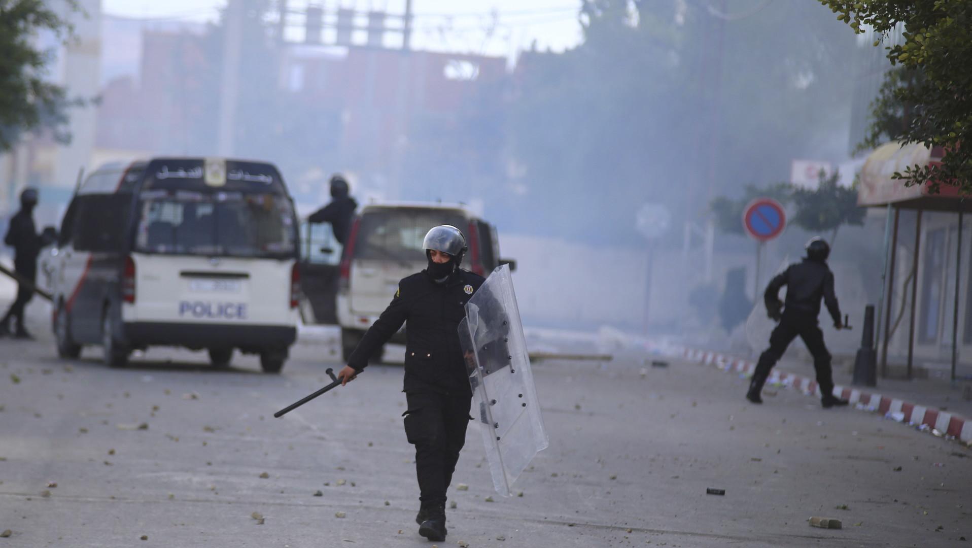 Les policiers ont jeté des gaz lacrymogènes et affronté les manifestants à Kasserine