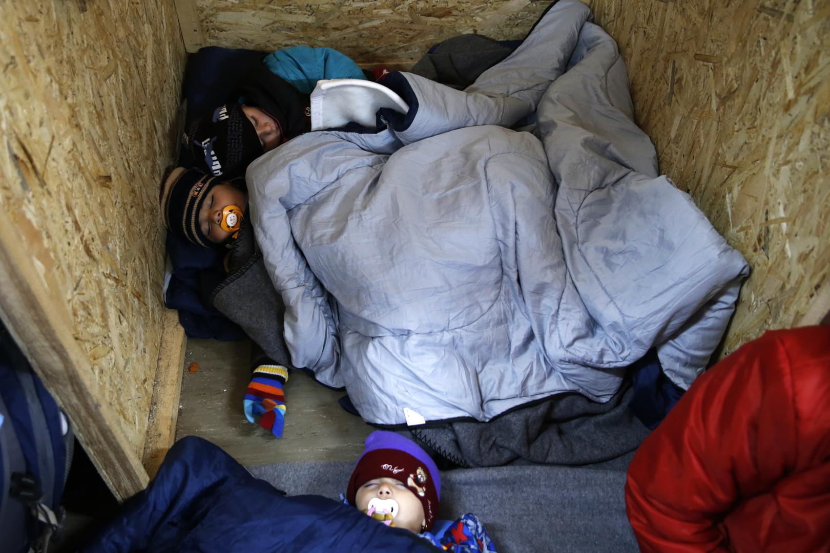 Des enfants de réfugiés endormis en Serbie