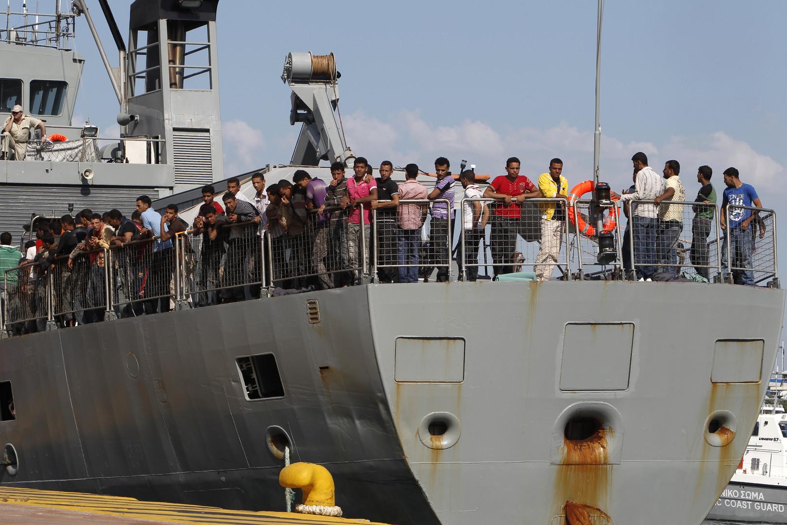 Des migrants à bord d'un bateau de Frontex arrivent dans un port d'Athènes en juin 2011