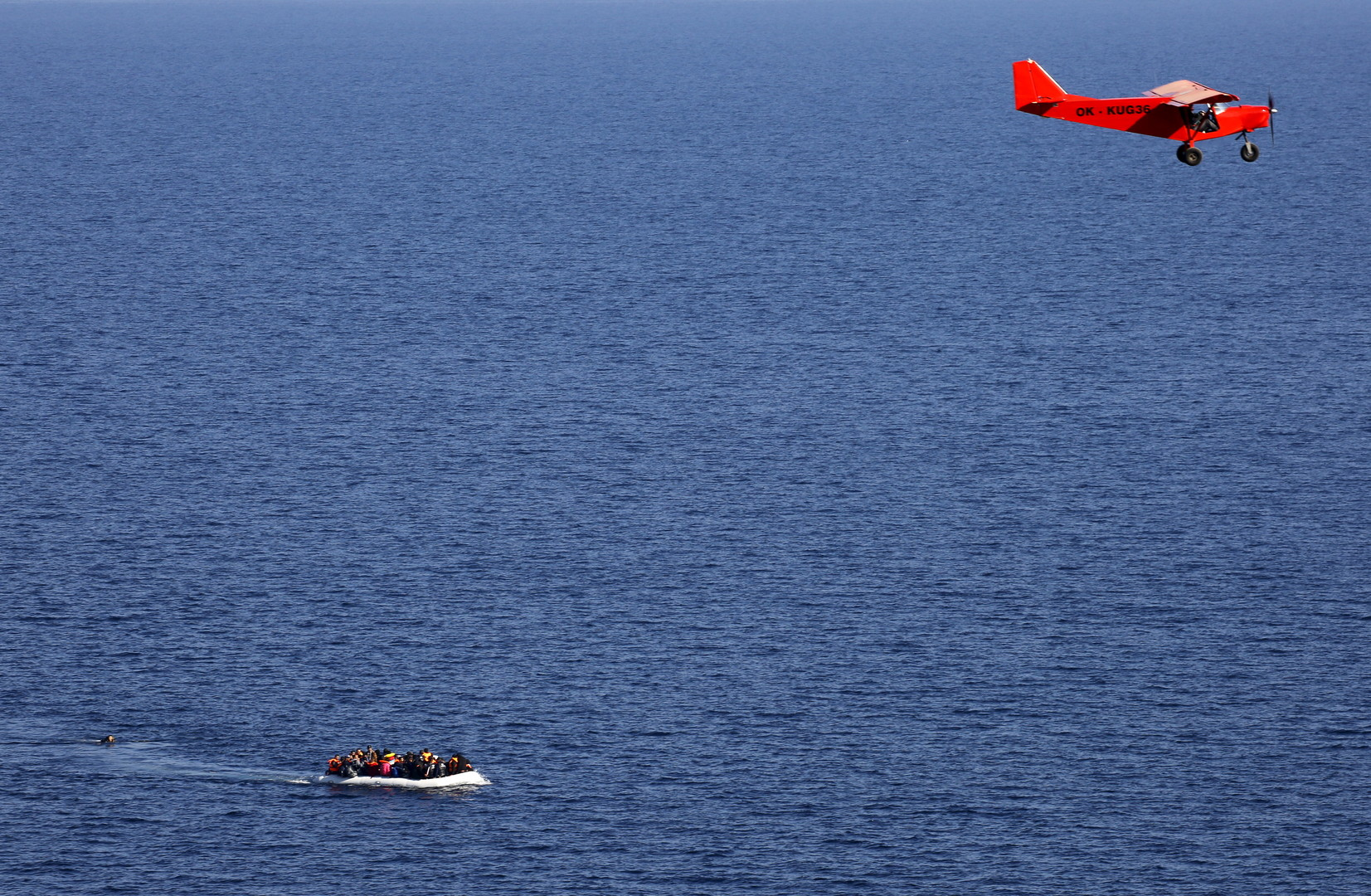 Un avion de Frontex survol une embarcation à destination de l'île grecque de Lesbos