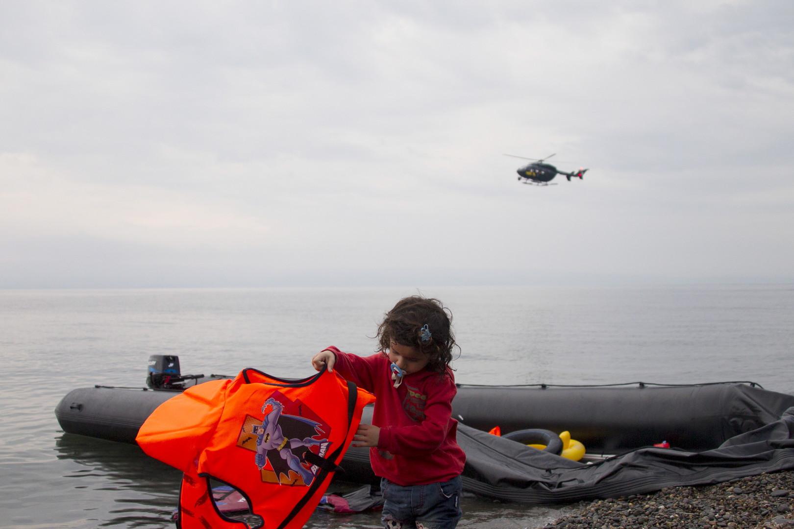Une enfant syrienne débarque sur l'île grecque de Lesbos en septembre 2015
