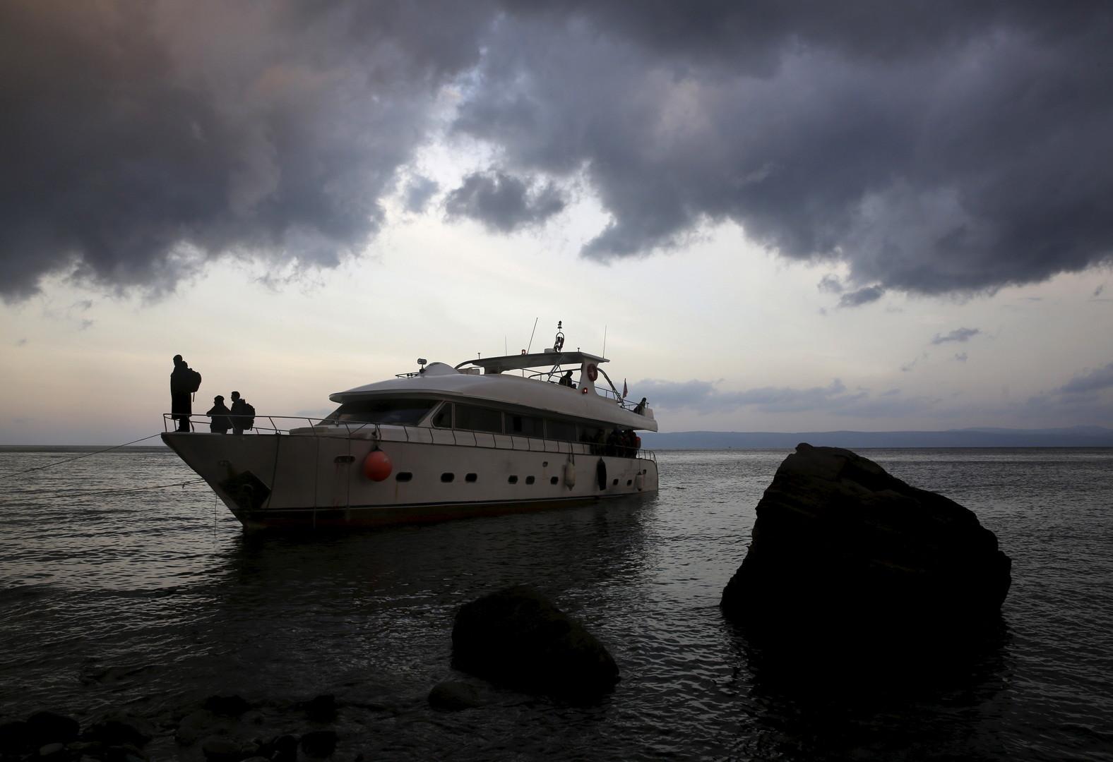 Des réfugiés syriens en provenance de Turquie attendent de débarquer d'un yacht sur l'île de Lesbos en novembre 2015