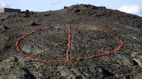 Grèce : MSF et Greenpeace installent un immense signe Peace and Love fait avec gilets de sauvetage
