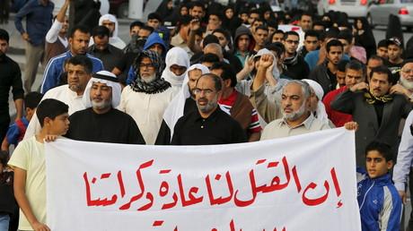 Des manifestants brandissent une bannière où est écrit «la mort est normal pour eux et notre dignité qui nous vient de Dieu est le martyre» au cours d'un rassemblement d'opposition à la mort de Nimr Baqer al-Nimr dans le village de Sanabis à l'ouest de Manama au Bahreïn samedi dernier.