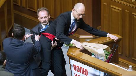 Premier ministre ukrainien (à droite) empoté par des députés du Parlement