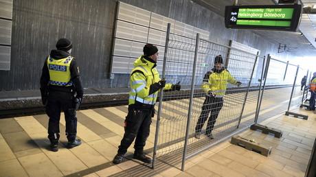 Les policiers suédois ont mis en place le dispositif qui est entré en vigueur à minuit.
