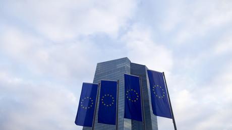 Drapeaux européens devant la Banque centrale européenne (BCE) de Frankfort