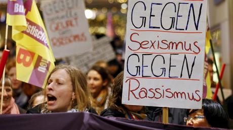 Des manfestantes brandissent une pancarte