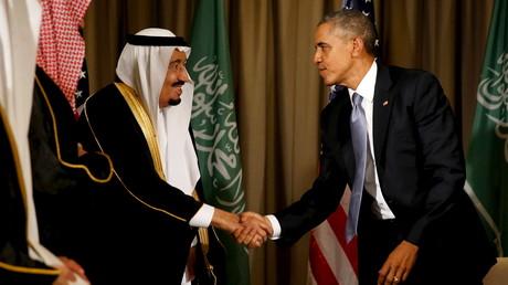 Le président américain Barack Obama salue le roi de l'Arabie Saoudite Salman suite à leur rencontre lors du sommet G20 au Regnum Carya à Antalya en Turquie, le 15 novembre 2015