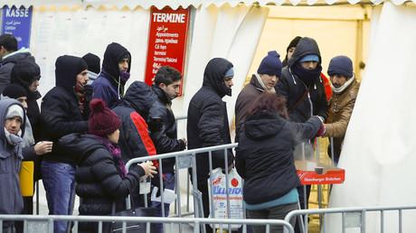 Les migrants font la queue devant un centre d'aides à Berlin