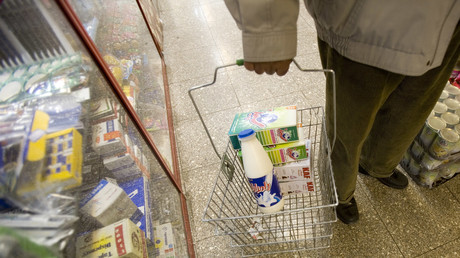 Un homme achète des produits laitiers en Iran