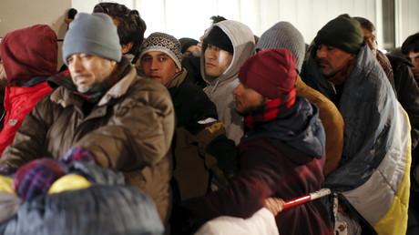 Des réfugiés font la queue pour s'enregistrer comme demandeurs d'asile à Berlin