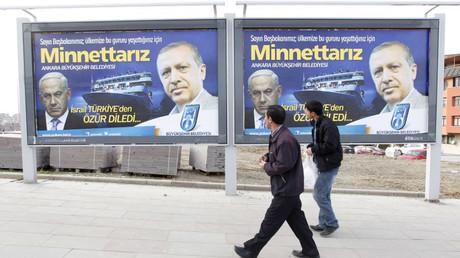 Une affiche montrant Recep Tayyip Erdogan et Benyamin Netanyahou.