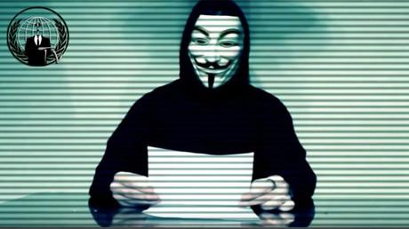 Un membre d'Anonymous lisant un communiqué.