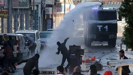 Des partisans du PKK affrontent des forces de sécurité turques au cours d'une manifestation contre les couvres-feux dans le quartier de Sur de la ville de Diyarbakir, le 22 décembre dernier