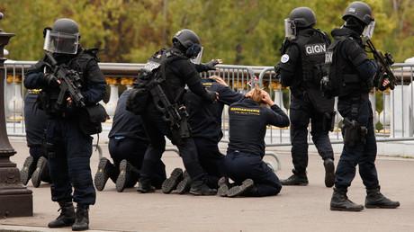 Des membres du Groupe d'intervention de la gendarmerie nationale (GIGN) à l'entraînement dans les rues de Paris, le 11 octobre 2009
