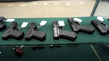 Une boutique d'armes à feu propose des pistolets de marque Glock