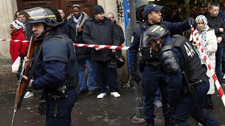 Forces de police déployées à Paris dans le 18ème arrondissement après qu'un homme portant une fausse ceinture d'explosive, un hachoir à la main, se soit fait abattre le 7 janvier 2016.
