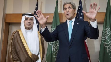 Le secrétaire d'État des États-Unis John Kerry avec le ministre des Affaires étrangères saoudien Adel bin Ahmed Al-Jubeir à l'Hôtel Palace à New York