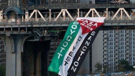 Un drapeau palestinien du mouvement BDS flotte sur un pont aux Etats-Unis