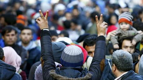 Des migrants célébrant leur arrivée à la frontière austro-allemande