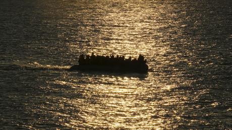 Un bateau de migrants arrive à destination des côtés grecques de l'île de Lesbos
