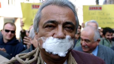 Un journaliste turc proteste la politique d'Ankara lors d'une manifestation à Istanbul