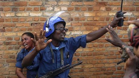 Des policiers burundais face à des opposants au président Pierre Nkurunziza