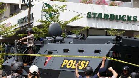 Les policiers sur le lieu de l'attaque près d'un cafe Starbucks