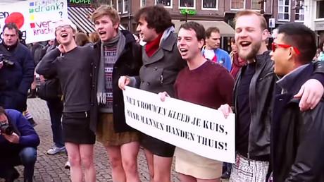 Des hommes en mini-jupe manifestent contre le harcèlement sexuel à Amsterdam