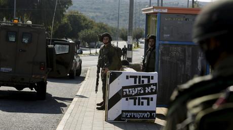 Des soldats israéliens gardent une colonie juive en Cisjordanie
