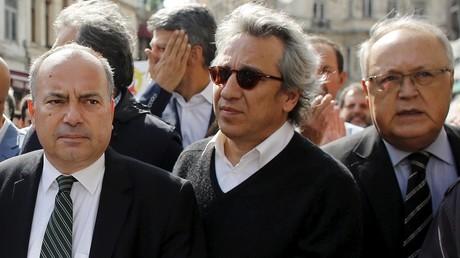 Le journaliste turc Can Dündar (au milieu).