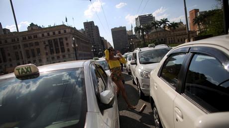 A Sao Paulo, les chauffeurs de taxi n'ont plus le droit de porter des shorts et de parler foot