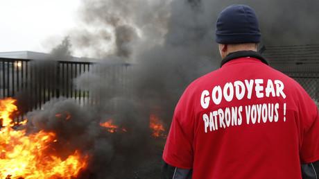 Un employé de Goodyear à Amiens devant l'entrée de l'usine