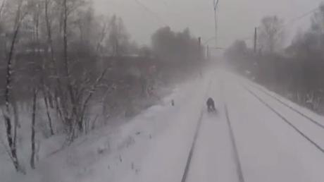 Lassé d'être tiré par un moto-neige, ce casse-cou russe préfère le train