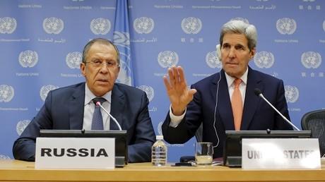 Sergueï Lavrov et John Kerry lors d'une rencontre le 19 décembre 2015.