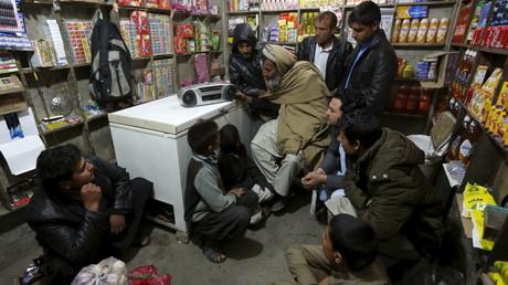 Les Afghans écoutent une émission diffusée par Daesh