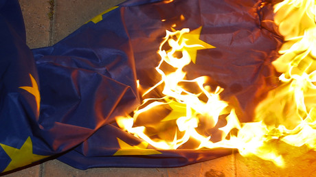 Un drapeau de l'Union Européenne brûlé par des manifestants