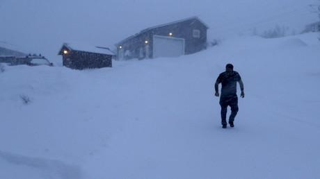 Un réfugié marche près de son camp au nord de la Suède