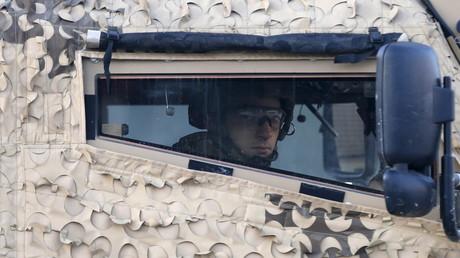Un soldat britannique conduit un véhicule blindé en Irak
