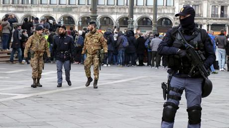 Un policier patrouille sur la place Saint-Marc à Venise