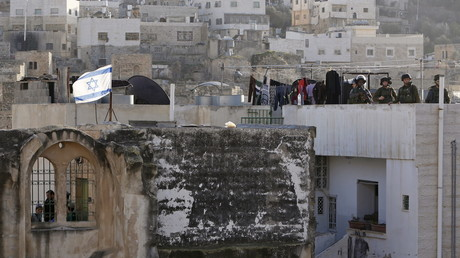 Des soldats d'Israël prennent position dans des bâtiments disputés par les colons israéliens à Hébron le 21 janvier 2016