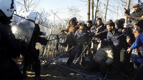 Des migrants abandonnés affrontent des agents de police grecs à la frontière gréco-macédonienne, près du village d'Idoménée, le 3 décembre 2015