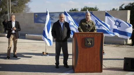 Le ministre de la Défense Moshe Yaalon aux côtés du Premier ministre israélien Benyamin Netanyahou en visite dans la colonie d'Etzion en Cisjordanie en novembre 2015.