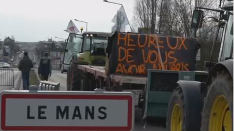 Manifestation des fermiers au Mans : des tracteurs et d'énormes tas d'ordures sur les routes