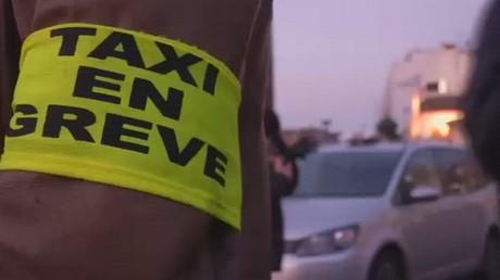 Les chauffeurs de taxi en colère protestent à Paris pour le troisième jour consécutif